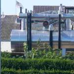 Det nye køleanlæg ligger få meter fra skel ind til naboen. Foto: Morten Jørgensen.
