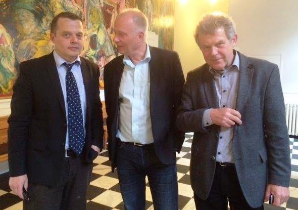 Advokat Tyge Trier (tv) førte retssagen på vegne af journalisterne Nils Mulvad (midt) og Kjeld Hansen (th). Foto: Lone Hougaard.